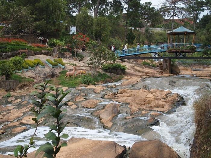 Hoặc lên cầu ngắm cảnh thiên nhiên