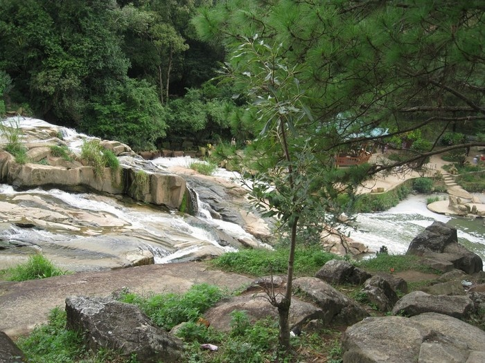 Thiên nhiên yên bình ở trong thác