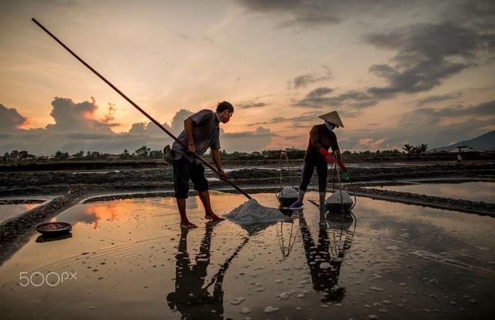 Làng muối Ninh Hoà dưới ánh hoàng hôn