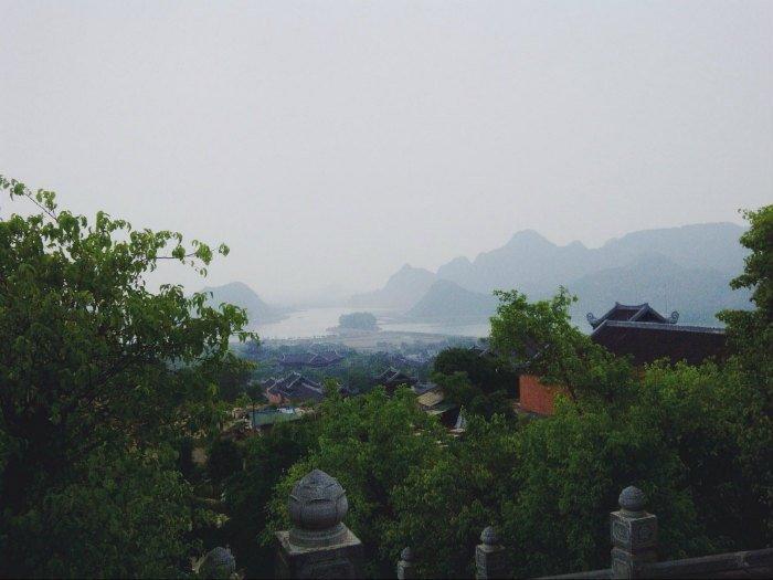 Cảnh núi non Ninh Bình trong sương mù mờ ảo