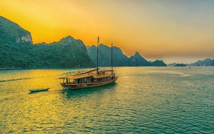 Vẻ đẹp như bước ra từ thần thoại của vịnh Hạ Long