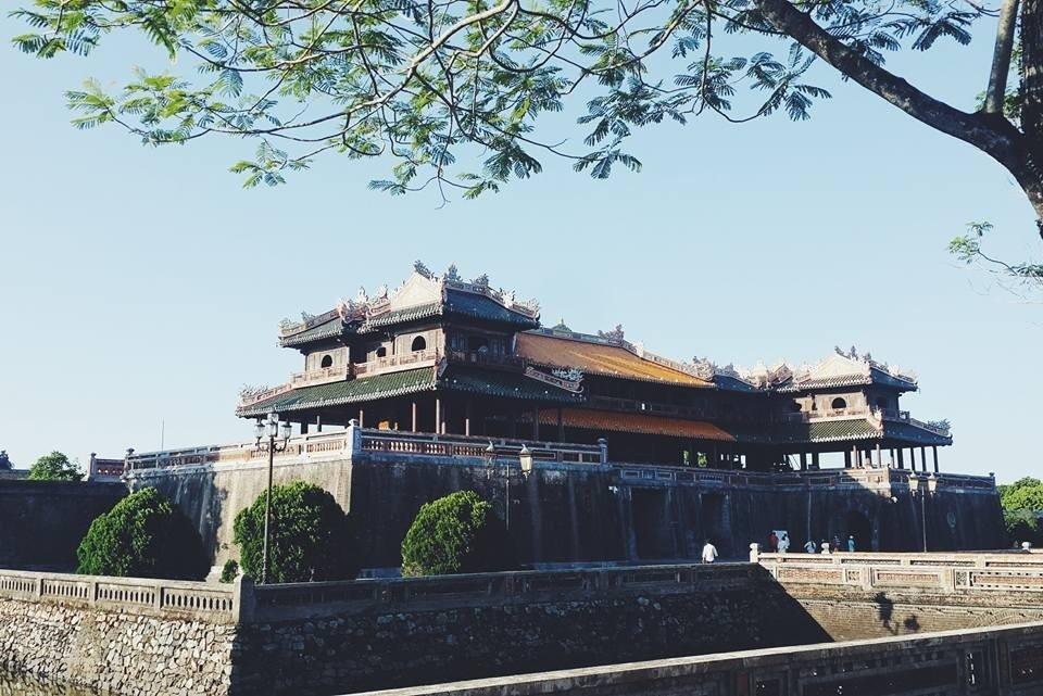 Kinh thành Huế hiện lên sừng sững giữa trời đất của chốn kinh kỳ thuở nào bên sông Hương