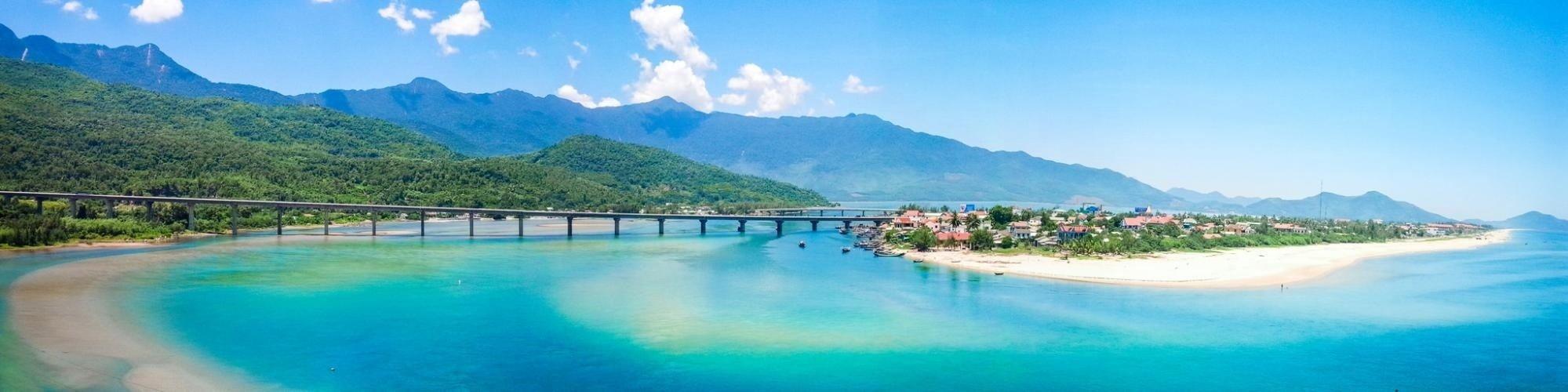 Vịnh Lăng Cô trong xanh bát ngát