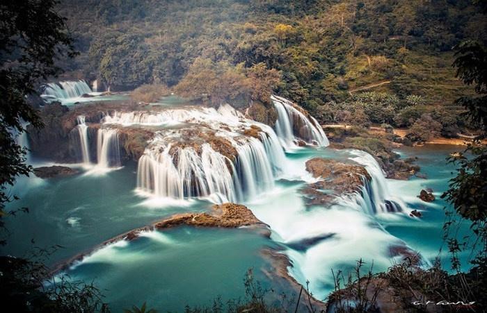 Thắng cảnh tuyệt đẹp này đồng thời cũng là biên giới giữa Việt Nam và Trung Quốc