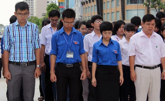 Hàng nghìn người viếng Chủ tịch Hồ Chí Minh trên quảng trường đi bộ