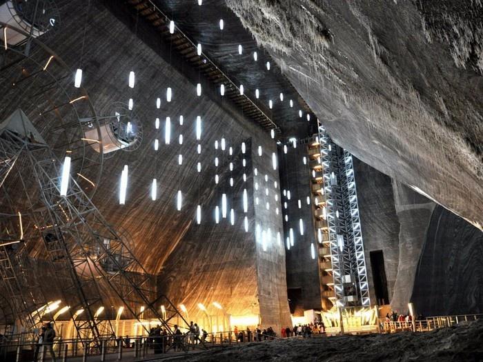 Salina Turda ở thành phố Turda, Romania, là công viên nằm dưới lòng đất được xây dựng từ một mỏ muối cổ nhất thế giới.