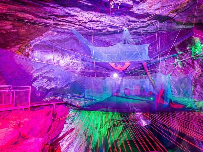 Bounce Below là một tổ hợp gồm 3 tấm bạt lò xo của công ty Zip World đặt như một chiếc tổ bên trong hang Llechwedd Slate.