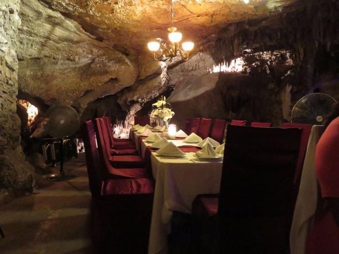 Nhà hàng kiêm quán bar Alux phục vụ đồ uống và các món ăn bản địa trong một hang 10.000 năm tuổi tại Playa del Carmen, Mexico.