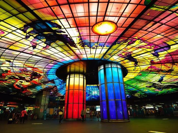 Đây là hình ảnh bên trong của nhà ga Formosa Boulevard tại thành phố Cao Hùng, Đài Loan.