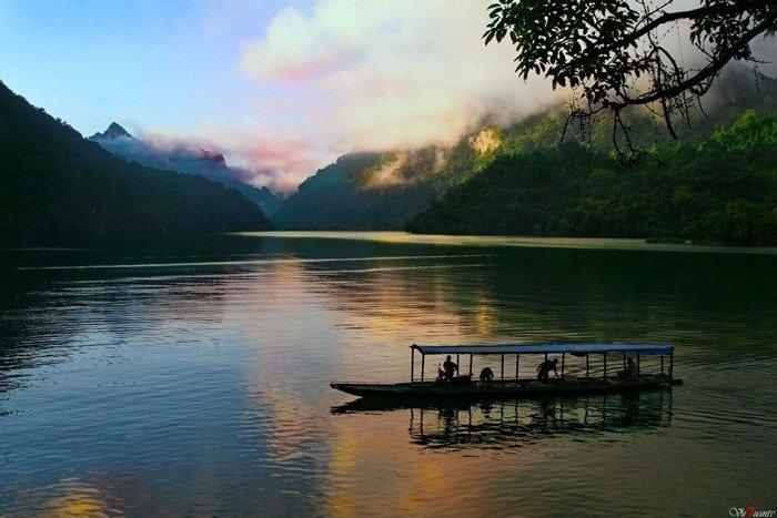 Trôi giữa lòng hồ Ba Bể đón chào ngày mới