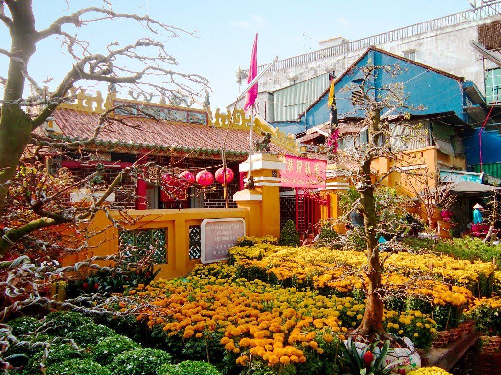 Hoa trước chùa Ông Bắc An Giang