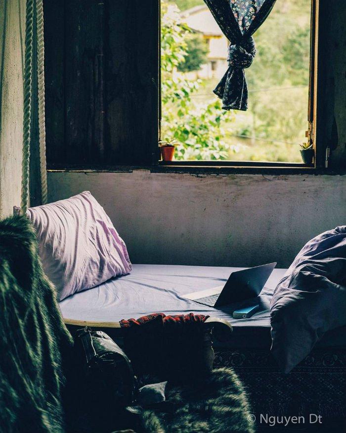 Buổi trưa lạnh bên ô cửa nhỏ - Ảnh: Nguyen Dt