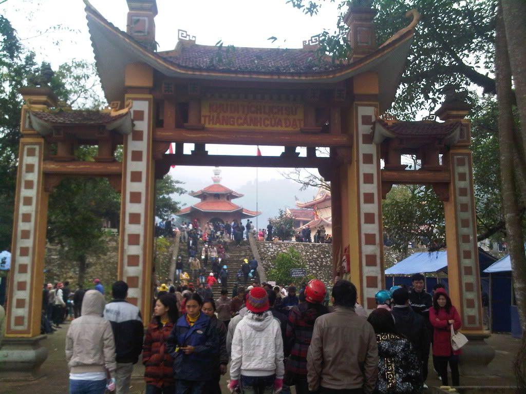 Mọi người nô nức đến đền Cửa Đạt Thanh Hóa