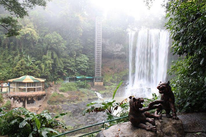 Du khách có thể đứng từ trên cao ngắm nhìn dòng thác