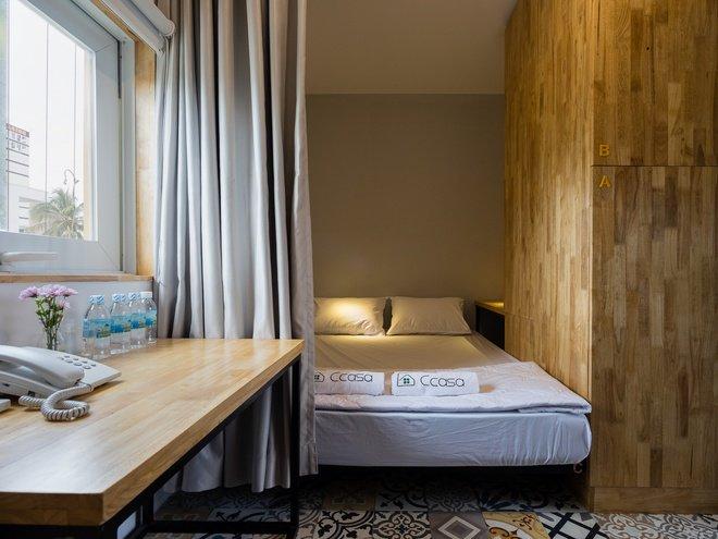 Ngoài ra bạn có thể chọn phòng có giường lớn kèm một giường tầng, ở tối đa 4 khách, giá 660.000 đồng/phòng. Tổng cộng 43 phòng và đều có cửa sổ thoáng.