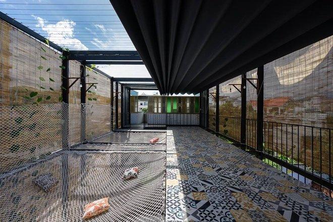 Tầng thượng với phần lưới để khách có thể nằm thư giãn hoặc tổ chức các trò chơi chung.
