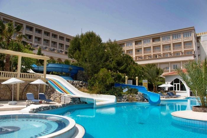 Khách sạn có bể bơi với máng trượt cho trẻ cũng rất thích hợp cùng con lưu trú trong chuyến du lịch mùa hè