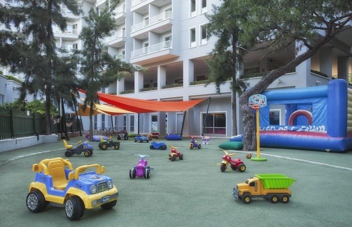 Trong tour du lịch của mình, các con không chỉ được khám phá vùng đất mới mà còn thoải mái vui chơi ngay tại khách sạn