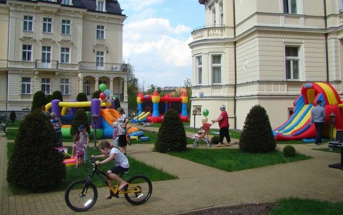 Các khách sạn đều chú trọng tạo không gian vui chơi cho các bé