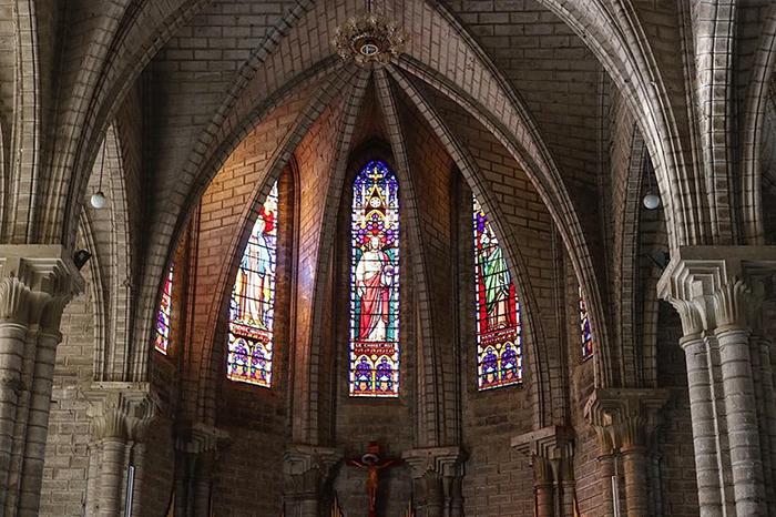 Những ô kính màu ấm áp tôn thêm vẻ đẹp độc đáo của công trỉnh cổ kính này.