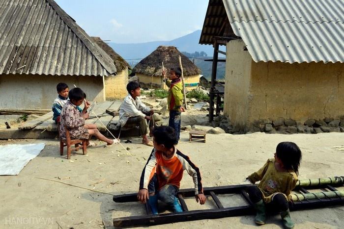 Những đứa trẻ người Hà Nhì chơi đùa cùng nhau