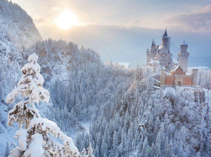 Giữa màn tuyết phủ mùa đông, Neuschwanstein càng trở nên lộng lẫy