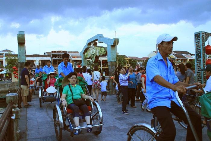 Hội An-Các chú lái xích lô vui tính tại địa phương cũng sẽ khiến cho chuyến tham quan một vòng phố cổ của du khách thêm phần thú vị.