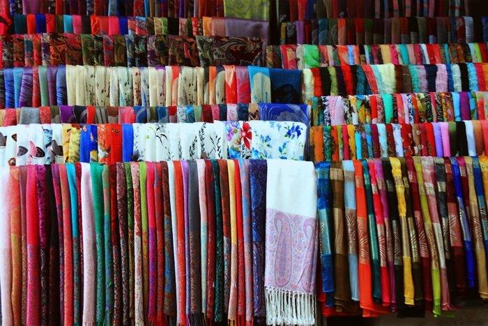 Hội An-Những tấm tơ lụa mềm mại là mặt hàng được du khách ưa chuộng ở Hội An