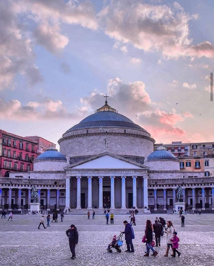 Nổi tiếng là quê hương của bánh pizza, thành phố Napoli còn có gì hấp dẫn?