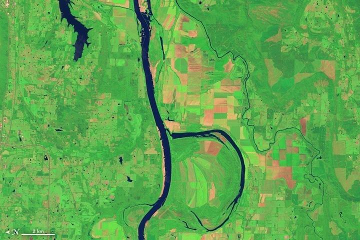 Chữ B: Ngày 4/8/2014, một chữ B khổng lồ được tạo thành bởi sự kết hợp của con sông Arkansas và công viên hoang dã Holla Bend đã được thiết bị OLI của vệ tinh Landsat 8 chụp lại.