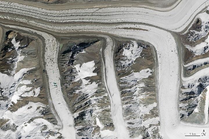 Chữ M: Vào ngày 14/8/2015, thiết bị OLI của vệ tinh Landsat 8 thu được hình ảnh M của sông băng ở dãy núi Thiên Sơn thuộc đông bắc Kyrgyzstan.