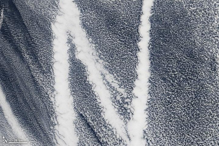 Chữ N: Ngày 4/3/2009, thiết bị MODIS trên vệ tinh Terra ghi lại hình ảnh chữ N được tạo thành từ khí thải của một con tàu trên biển Thái Bình Dương.