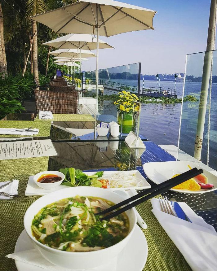 Tận hưởng bữa ăn tuyệt vời bên bờ sông - Ảnh: mrs_pango