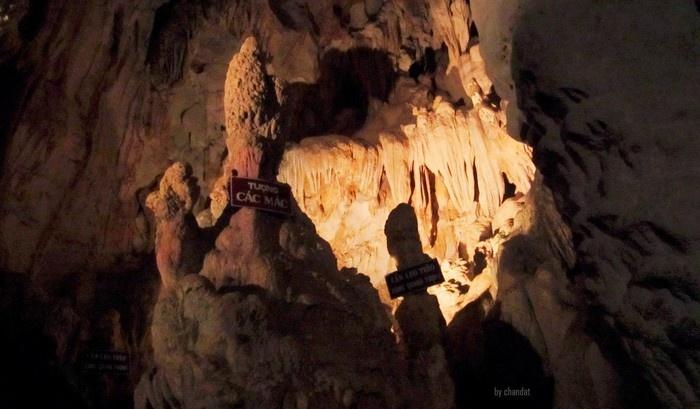 Những khối thạch nhũ trong hang