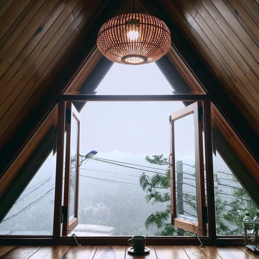 Tầng áp mái nhìn ra Đà Lạt mờ sương - Ảnh: kengcao