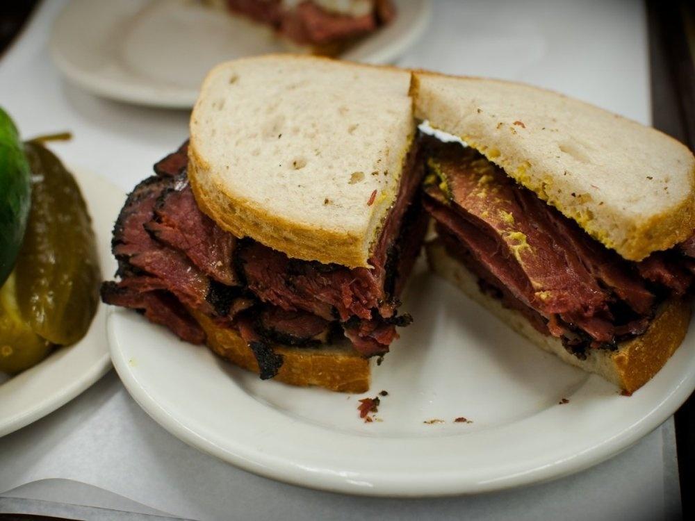 Đến với thành phố New York, Mỹ, du khách hãy tìm ăn món thịt pastrami ở nhà hàng Katz''''''''''''''''s Delicatessen.