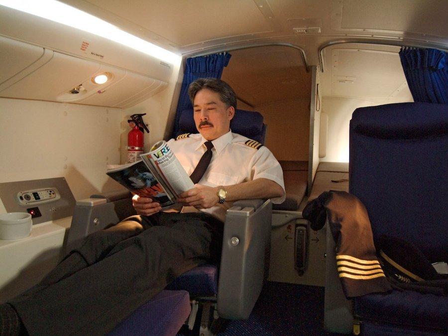 Trên Boeing 777, phi công nghỉ tại một khu vực riêng với 2 giường ngủ, 2 ghế ngồi loại thương gia. Ở một số hãng hàng không, buồng ngủ thậm chí còn được trang bị phòng tắm và bồn rửa mặt.