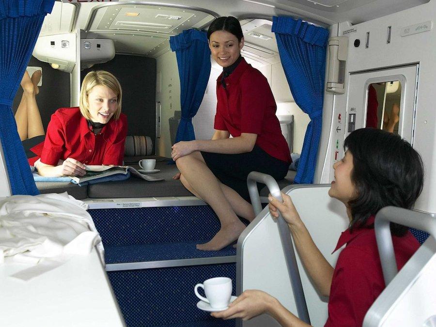 Các tiếp viên dường như rất vui vẻ với khu nghỉ ngơi trên Boeing 777. Tùy vào mỗi hãng hàng không mà số lượng giường ngủ dao động từ 6 đến 10 chiếc cũng như không gian riêng cho từng thành viên phi hành đoàn.