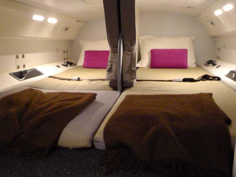 Giường ngủ dài 1,8m và có màn ngăn giúp giảm tiếng ồn