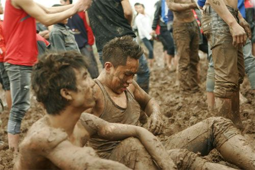 Độc đáo tục chen lấn để cướp cầu ở Phú Thọ