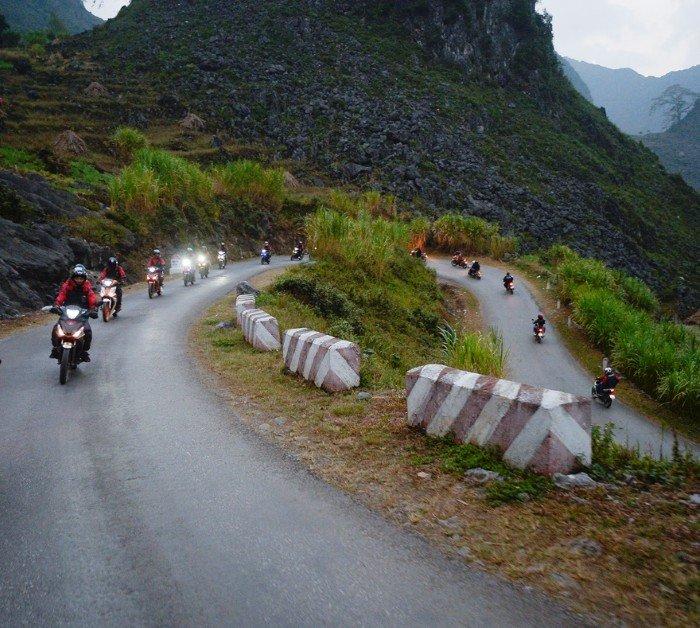 """Vùng núi, lại gặp đúng lúc thu sang đông, sương mù và trời đổ tối chóng vánh. Đèn phá sương mù là """"trợ thủ"""" đắc lực giúp các biker di chuyển an toàn khi phượt Hà Giang"""
