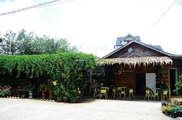 Nằm khuất mình trong một con hẻm nhỏ trên đường Quang Trung (TP. Đà Lạt), quán cà phê Home lấp ló sau những tán cây rậm.