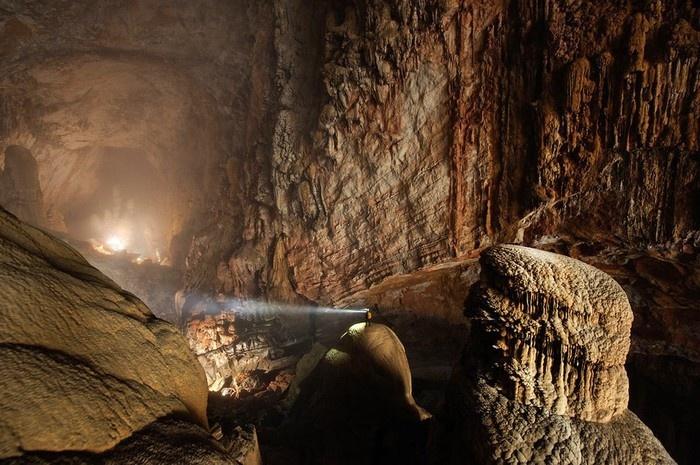 Con người nhỏ bé như bị nuốt chững giữa thiên nhiên rộng lớn khổng lồ của hang Sơn Đoòng