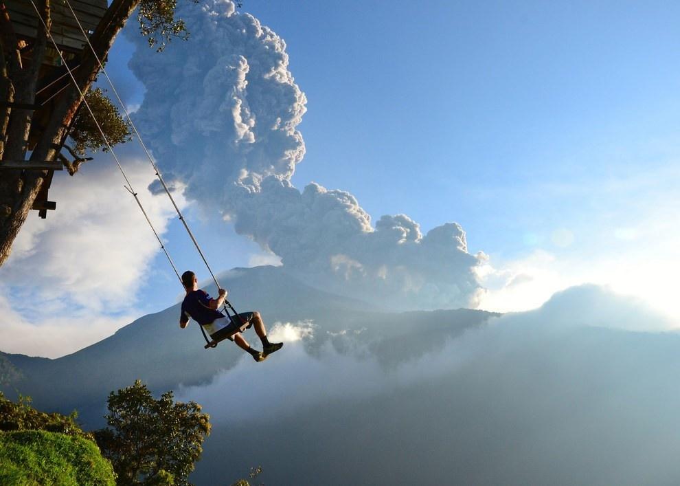 Đánh đu ở trạm theo dõi địa chấn núi lửa Tungurahua tại Ecuador được đánh giá là một trong những trò chơi nguy hiểm nhất thế giới