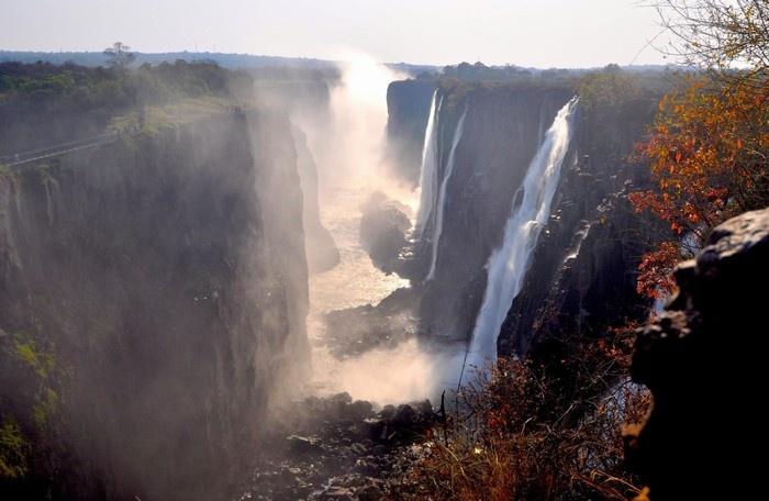 Muốn tắm mình tại hồ trên đầu thác, du khách phải đi vào mùa nước cạn và tránh những chỗ thác Quỷ Dữ mạnh nguy hiểm