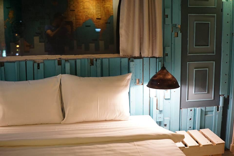 Góc phòng ngủ đơn giản, mộc mạc và tràn ngập sự ấm cúng - Ảnh: The Laban