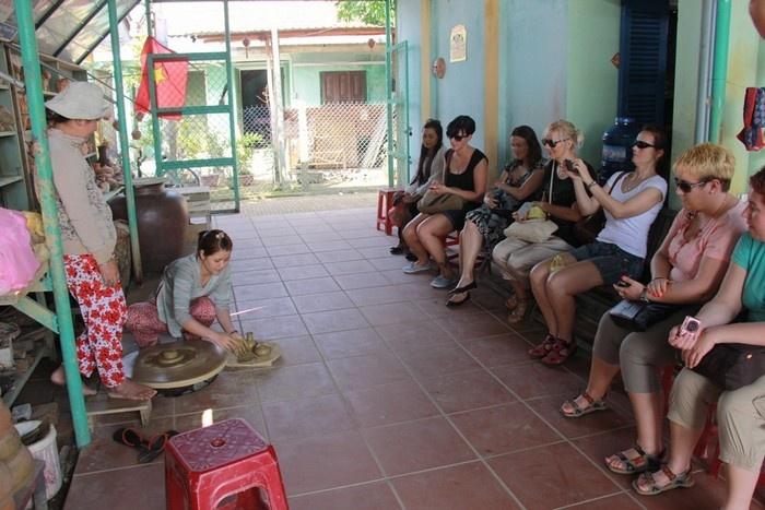 Du khách học hỏi cách làm gốm