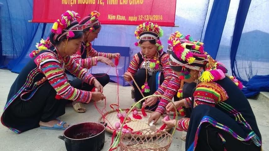 Tục nhuộm trứng đỏ của người dân tộc La Hủ Tây Bắc