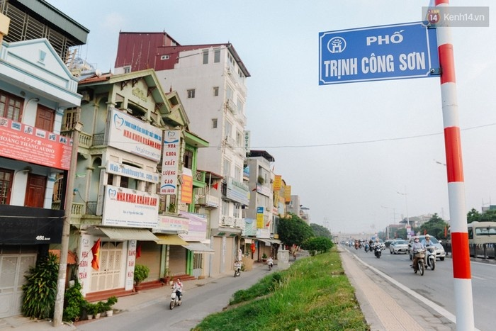 Buổi lễ đặt tên đường Trịnh Công Sơn diễn ra vào lúc 8h30 sáng nay (25/8) tại vườn hoa Lý Tự Trọng, quận Tây Hồ, Hà Nội.