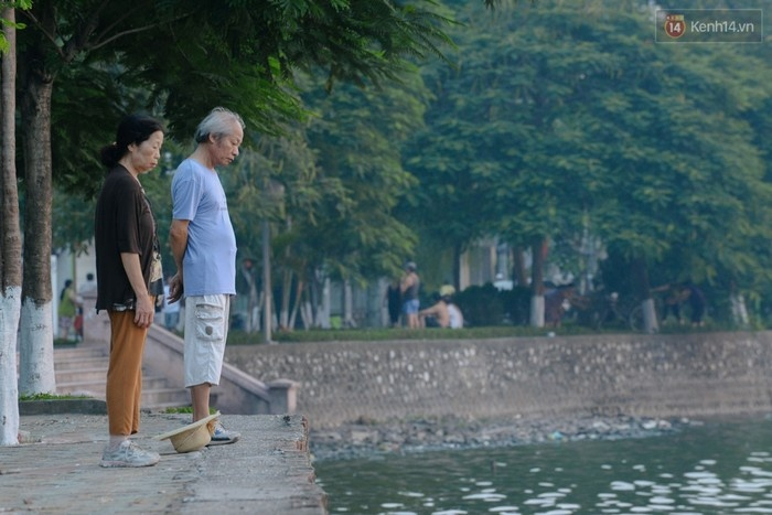 Rất nhiều người thường tụ tập quanh hồ để hít thở không khí trong lành.